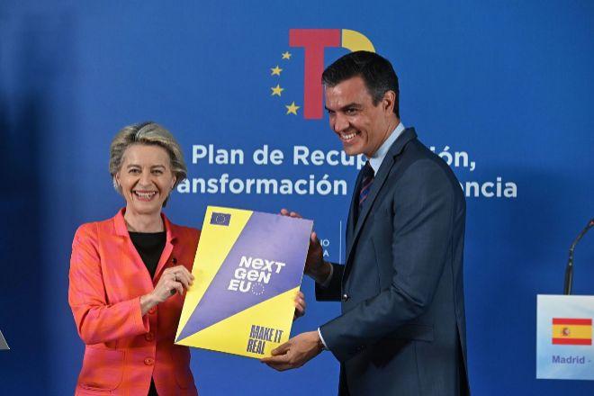 El presidente del Gobierno, Pedro Sánchez, y la presidenta de la Comisión Europea, Ursula von der Leyen, durante su comparecencia conjunta ayer en la sede de Red Eléctrica de España, para anunciar el visto bueno de Bruselas al plan de recuperación transformación y resiliencia del Gobierno español.