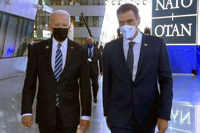 Joe Biden y Pedro Sánchez, 'reunidos' durante la cumbre de la OTAN.