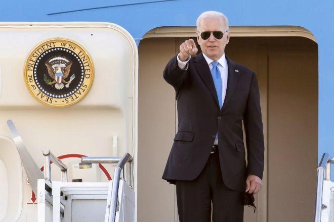 El presidente de Estados Unidos, Joe Biden, se despide al embarcar en el avión 'Air Force One' Boeing 747 después de su reunión con Vladímir Putin en Ginebra, Suiza, este miércoles.
