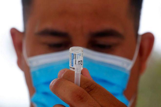 Un sanitario prepara ayer una vacuna en de Ensenada, en Baja California (México).