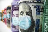 Billetes de distintas divisas con mascarillas, con el dólar a la...