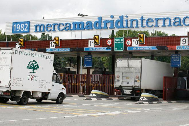 Unos camiones accediendo a Mercamadrid por la entrada internacional.