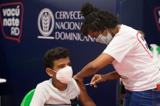 Un joven recibe una dosis de la vacuna de Pfizer en Santo Domingo (República Dominicana).