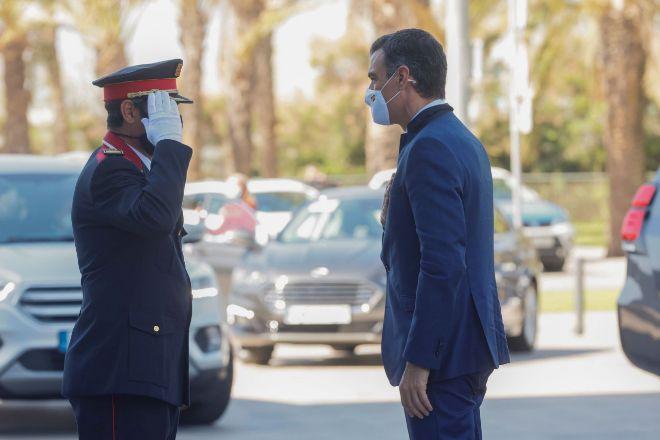 El presidente del Gobierno, Pedro Sánchez, saluda a un Mosso d'Esquadra justo antes de entrar en la reunión del Círculo de Economía.