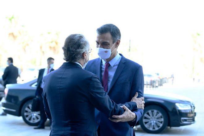 El presidente del Círculo de Economía, Javier Faus, saluda al presidente del Gobierno, Pedro Sánchez, tras llegar a la reunión anual que celebra este foro, que aglutina a empresarios, directivos y académicos de Cataluña.
