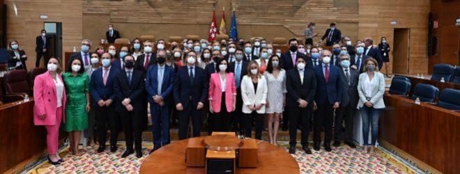 Ayuso (c) posa junto al resto de diputados regionales de su partido tras ser investida presidenta.