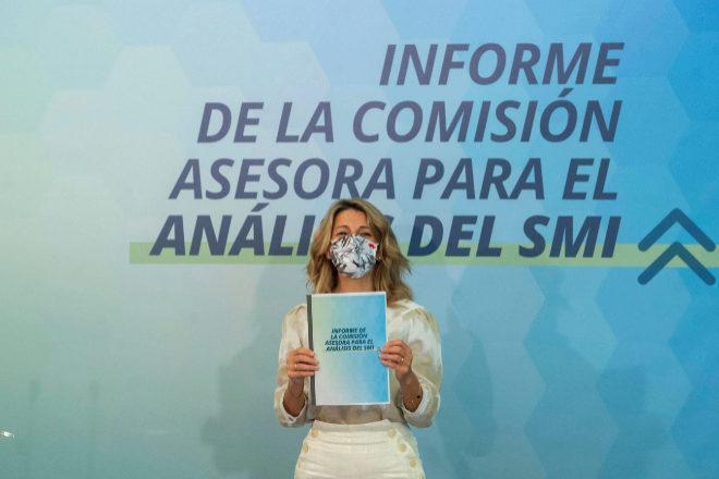 La vicepresidenta tercera,Yolanda Díaz, recibió ayer el informe de los expertos sobre el Salario Mínimo Interprofesional.