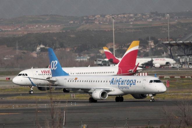 Un avión de beria y otro de Air Europa en las pistas del Aeropuerto de Barajas.