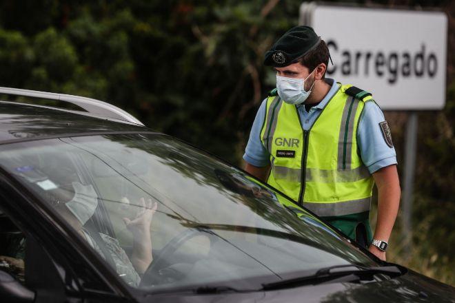 Un policía luso controla entradas y salidas de Lisboa tras decretarse el cierre perimetral en fin de semana.