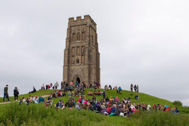 Viajeros reunidos ayer en el festival de Glastonbury para celebrar el solsticio de verano.