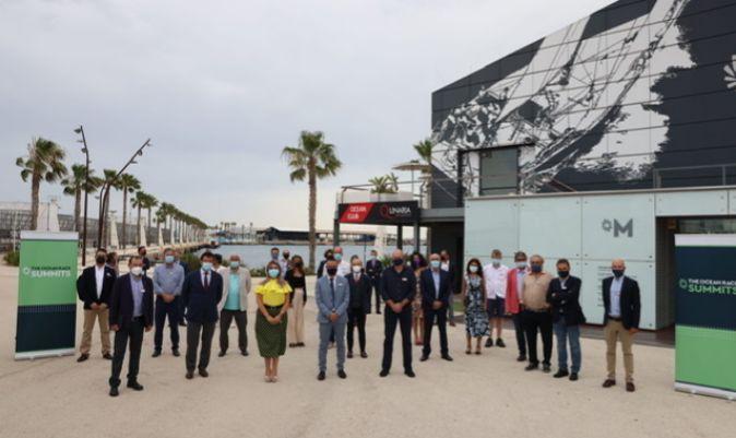 Parte de los ponentes y equipo del The Ocean Race Summit Europe que pudo asistir presencialmente, frente al museo de la regata en Alicante. | RAFA GALÁB