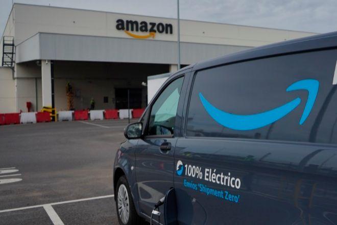 Una furgoneta de reparto de Amazon frente a uno de sus almacenes.