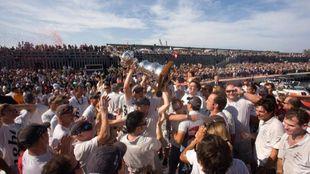 Los miembros del Alinghi alzan el trofeo tras su victoria en la 32ª...