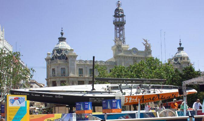 Un barco de copa américa, en la plaza del Ayuntamiento de Valencia en un acto promocional de la 32ª edición de la regata.   M. CANDELA / ACM2006