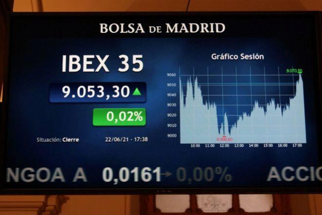 Las pantallas de la Bolsa de Madrid muestran la evolución del Ibex 35.
