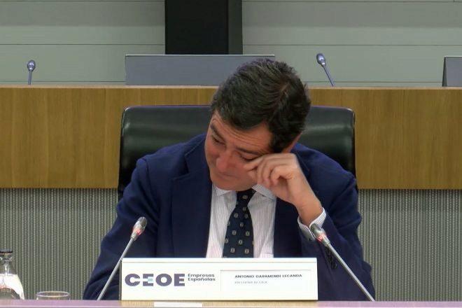 Captura de vídeo que muestra al presidente de la CEOE, Antonio Garamendi, emocionado.