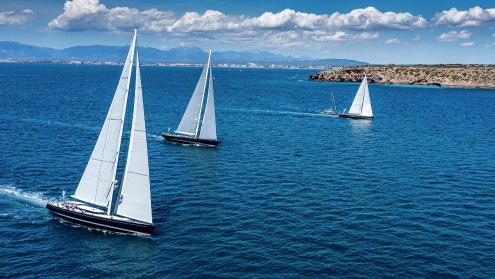 Parte de la flota de la Superyacht Cup Palma, avanzan en un tramo de...
