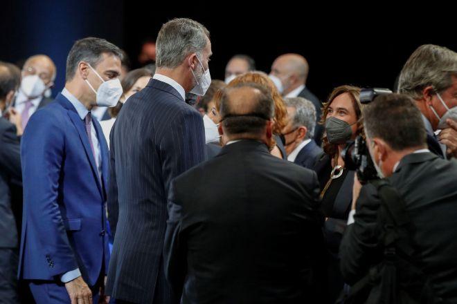 El rey Felipe VI, junto al presidente del Gobierno, Pedro Sánchez, y alcaldesa de Barcelona, Ada Colau, en la cena de inauguración del Mobile World Congress (MWC).