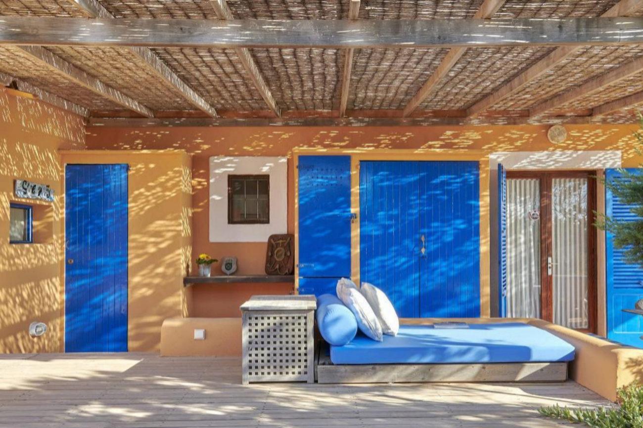 Es la isla balear con menor nivel de construcción, lo que convierte las viviendas a la venta en Formentera en una oportunidad. Can Barret se ubica en primera línea de playa y tiene cuatro dormitorios, cuatro baños, salón con comedor y cocina equipada con despensa. Cuenta con varios espacios exteriores y, totalmente separado de la casa principal, se encuentra un estudio con entrada independiente que completa la propiedad. Vende Sotheby's International Realty a través de  LuxuryEstate por 3,1 millones de euros.