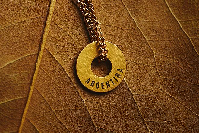 Aro grabado con un destino especial y cadena para lucirlo al cuello.