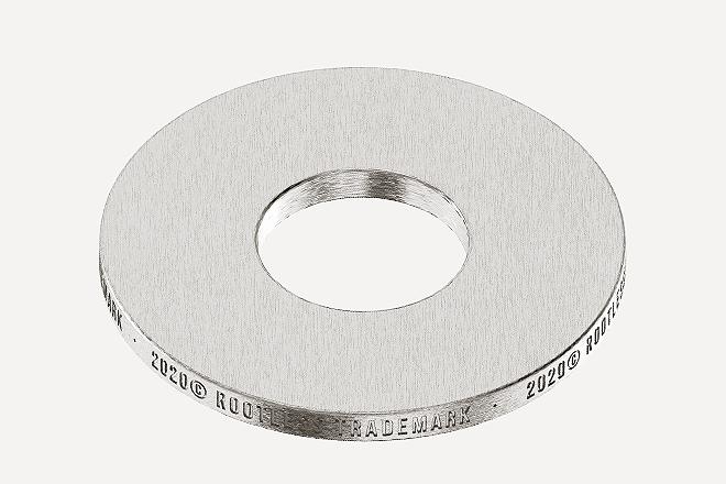 Los aros personalizados son de acero Inoxidable 316L reciclado y tienen unas medidas de 15x6x1,2 mm.