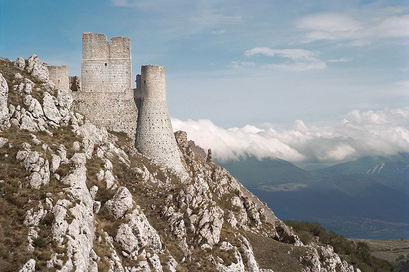 Situada a una altitud de 1.460 metros, la fortaleza de Rocca Calascio,...