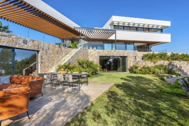 La villa de lujo Tomillo 7, obra de Cáliz Vázquez Arquitectos y reconocida con el premio internacional European Property Awards, está la exclusiva urbanización Las Colinas Golf & Country Club (Alicante).
