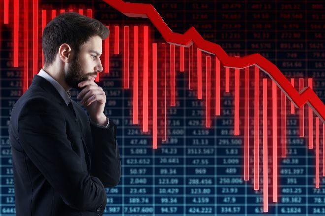 Inversor ante unos gráficos bajistas