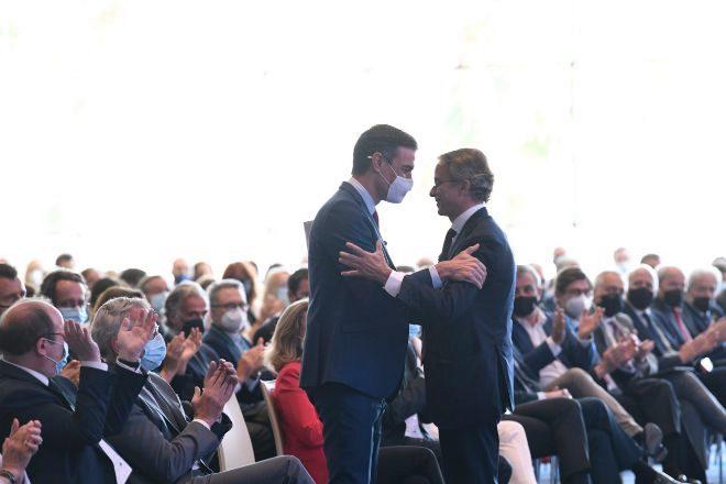 Pedro Sánchez y el presidente del Círculo de Economía, Javier Faus, en la última reunión anual del foro de opinión barcelonés, que expresó su apoyo a los indultos.