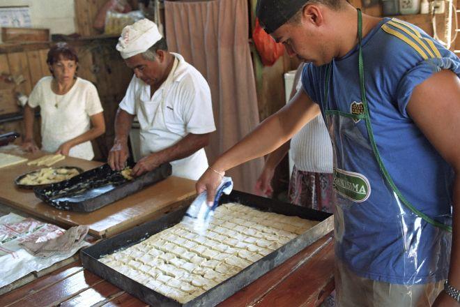 Trabajadores de una panadería de Buenos Aires, Argentina.