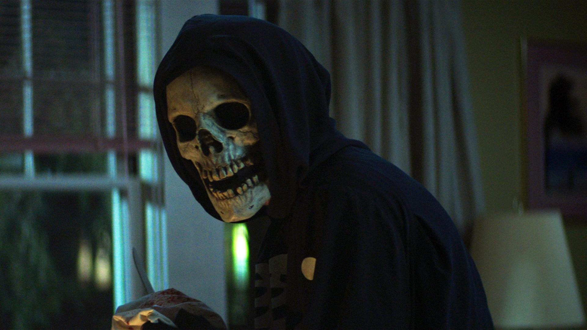 La trilogía de películas, basadas en los best-sellers de R.L. Stine, son un claro homenaje al cine tipo 'slasher' que tanto nos hizo pasarlo mal, especialmente en la década de los 70 y 80 con cintas tan míticas como 'Halloween' (1978), 'Viernes 13' (1980) o 'Pesadilla en Elm Street' (1984). El género, que recuperó fuerza en los 90 con la saga 'Scream' (1996), tienes clarísimas referencias en todas las cintas de la trilogía, especialmente en 'La calle del terror parte1: 1994' y 'La calle del terror parte 2: 1978'. </br> La primera película, protagonizada por Kiana Madeira, Olivia Scott Welch. Benjamin Flores Jr., Julia Rehwaldfred Hechinger, Ashley Zukerman, Maya Hawke, Darrell Britt-Gibson, Jordana Spiro y Jordyn Dinatale, sigue los pasos de un grupo de adolescentes que se enfrentan a una fuerza de espeluznante que parece marcar de forma violenta e irremediable a los habitantes de Shadyside.