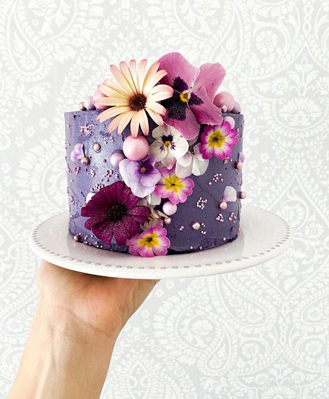 Tarta de violeta con flores comestibles y sprinkles
