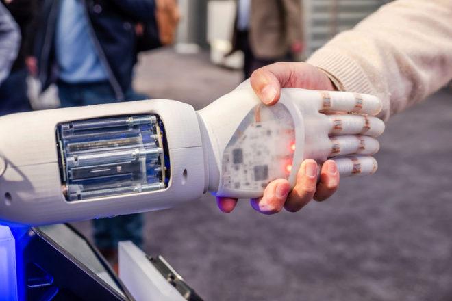 Los especialistas en inteligencia artificial, junto con ingenieros de aprendizaje automático o investigadores en aprendizaje automático están entre los más cotizados, con sueldos anuales de hasta 125.000 euros.