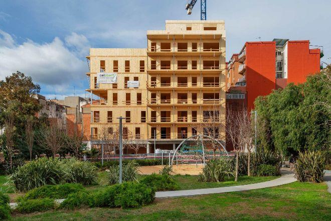 Este edificio que está alzándose en el distrito barcelonés de Nou Barris será el bloque de madera más alto de España cuando esté terminado. Tendrá ocho pisos.
