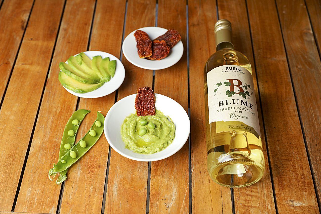 Rueda. Blume Verdejo, armonizado con humus de guisantes y aguacate.