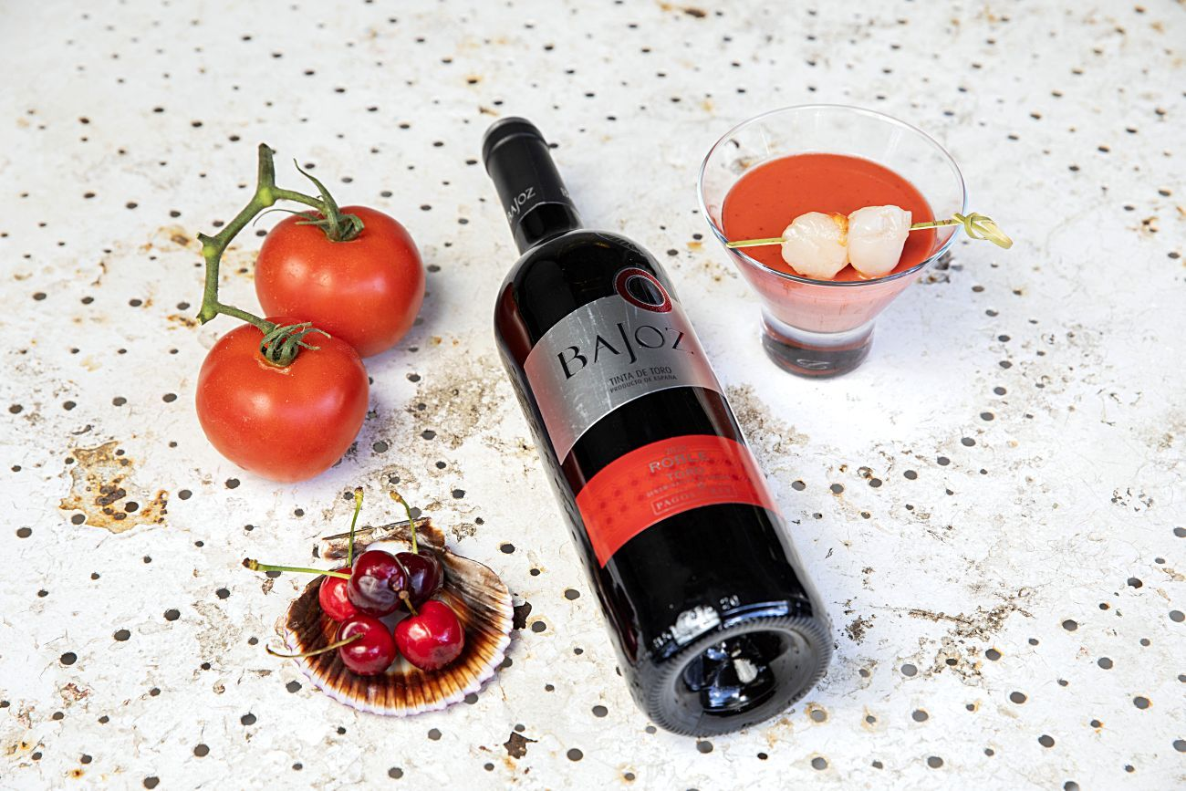Toro. El tinto Bajoz se acompañó de gazpacho de cerezas con vieiras curadas en agua de mar.