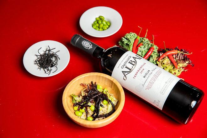 Rioja. Castillo de Albai Tempranillo, maridado con una ensalada de quinoa dorada y otros ingredientes vegetales.
