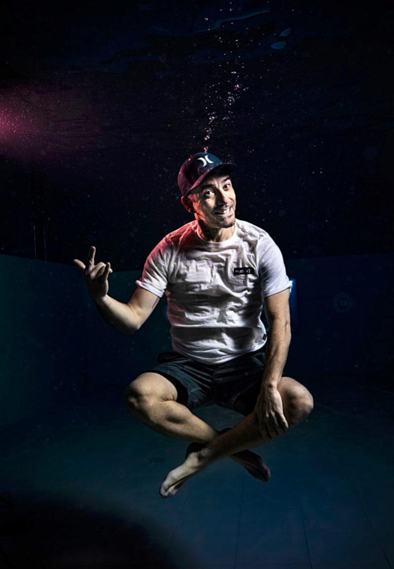 Juandi Alcázar sumergido con gorra, camiseta y bermudas de las firmas...