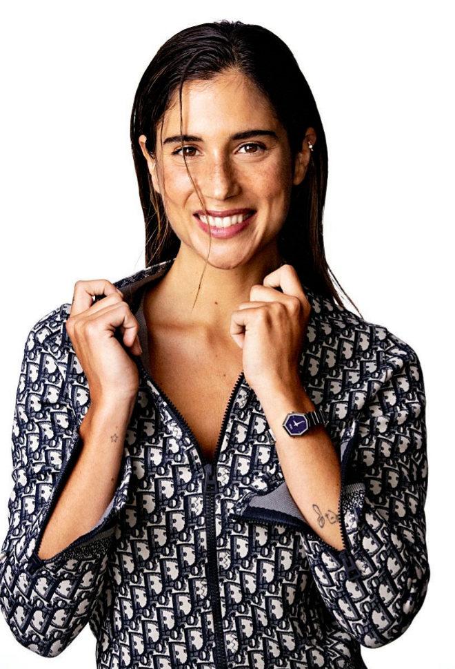 Chaqueta de punto técnico Dior Oblique en azul marino, 1.600 euros. Short de punto técnico Dior Oblique en azul marino, 600 euros. Reloj de acero y nácar negro Gem Dior Horlogerie, 3.800 euros.