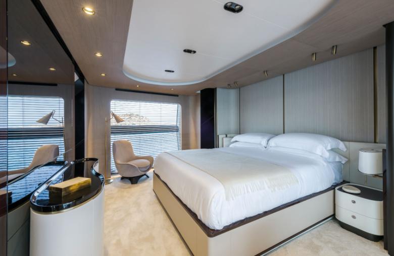 Dormitorio principal del yate de Cristiano Ronaldo, el Azimut Grande 27.