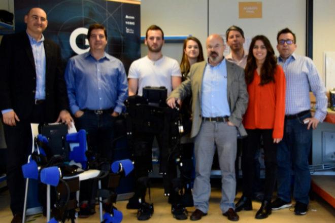 Carlos Fernández (segundo por la izquierda.) y su equipo de Gogoa.