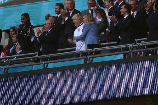 Boris Johnson, esta semana vistiendo los colores de la selección inglesa animando a su equipo frente a Dinamarca.