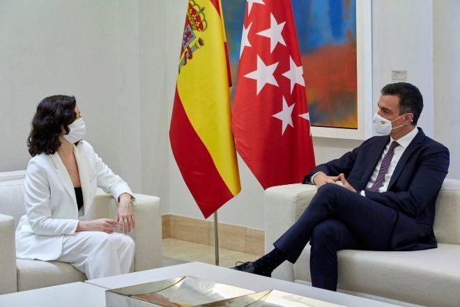 El presidente del Gobierno, Pedro Sánchez, durante su reunión con la presidenta de la Comunidad de Madrid, Isabel Díaz Ayuso, ayer en el Palacio de la Moncloa.