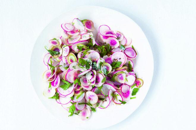 Ensalada de rábanos y yogur a las finas hierbas.