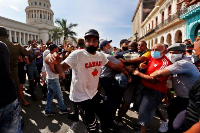 Policías arrestan a manifestantes frente al capitolio de Cuba en La Habana, el pasado domingo.