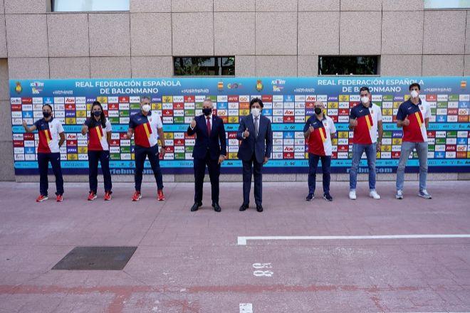 Manuel Manrique, presidente de Sacyr, y Francisco Blázquez, presidente de la Real Federación Española de Balonmano (RFEBM), han sellado la renovación junto a representantes de las Guerreras y los Hispanos.