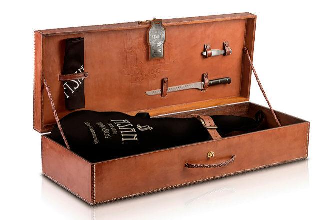 El jamón ibérico Alta Gastronomía Edición Limitada incluye cuchillo jamonero, pinzas y mandil en un estuche de cuero. Cuesta 1.200 euros.