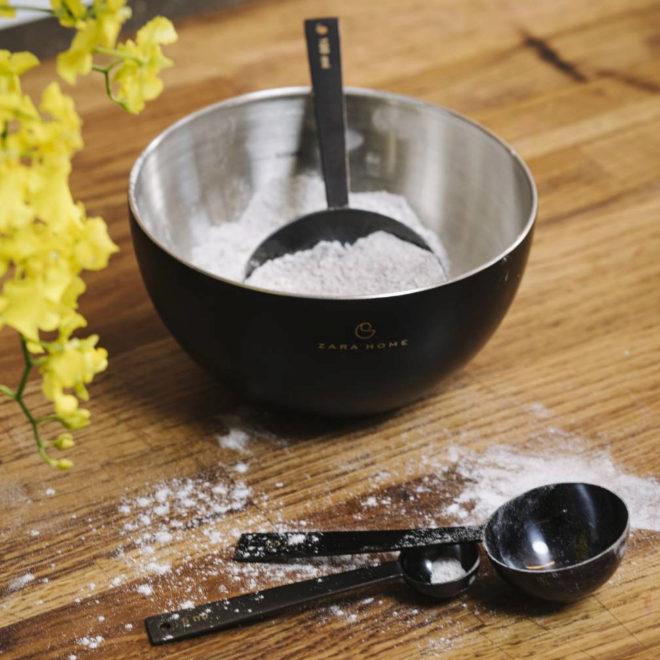 Bol (desde 9,99 euros) y cucharas medidoras (29,99 euros) son dos de los básicos en repostería.
