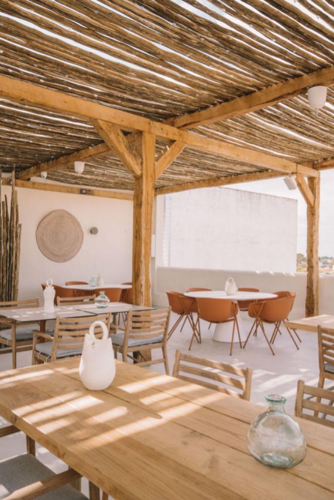 La terraza se ha decorado en tonos terracota y los protagonistas son los materiales naturales.
