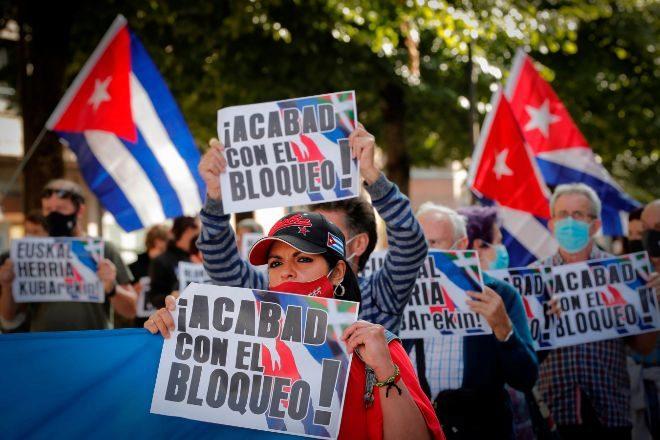 Partidarios del régimen comunista cubano durante una manifestación celebrada la semana pasada en Pamplona para pedir el final del bloqueo comercial de Estados Unidos a la isla.
